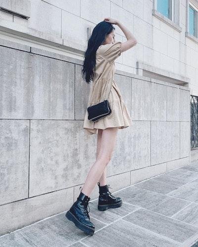 ミニワンピ×ゴツめ黒ブーツ