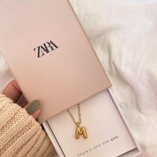 ZARAのイニシャルアクセサリー