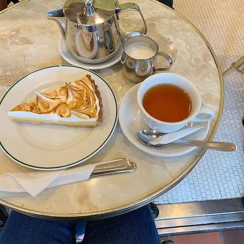 大理石テーブルがあるカフェ